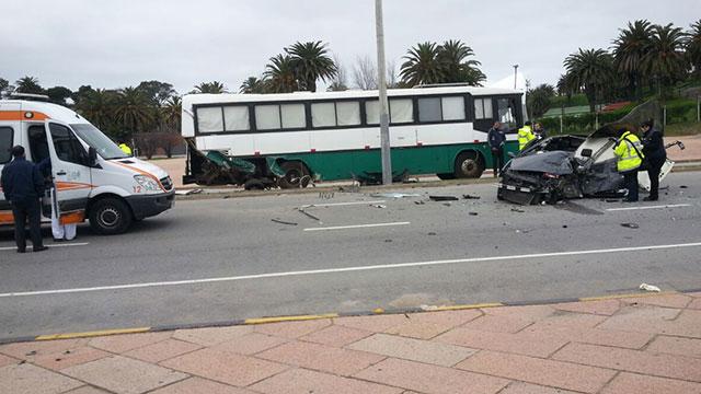 Joven grave tras chocar contra una ambulancia y un ómnibus en la rambla, frente al Teatro de Verano