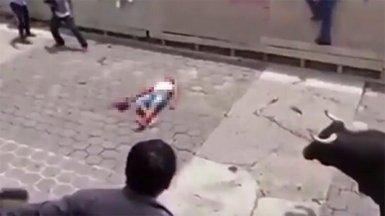 Terrible embestida de toro lanza a un joven como un cohete en México