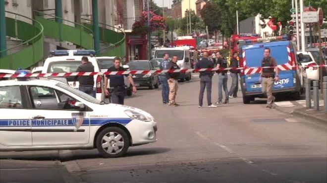 Mueren un cura y dos atacantes en toma de rehenes en una iglesia de Francia
