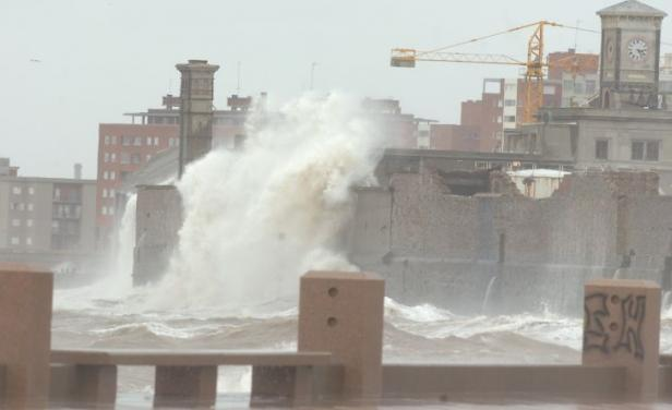 El viento golpea a Montevideo con fuerza inusitada, suspenden toda operativa en Puerto
