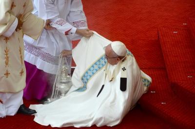 El papa sufre una caída durante una misa en un santuario de Polonia