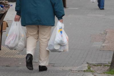 Uruguay prohibirá la entrega gratuita de bolsas plásticas