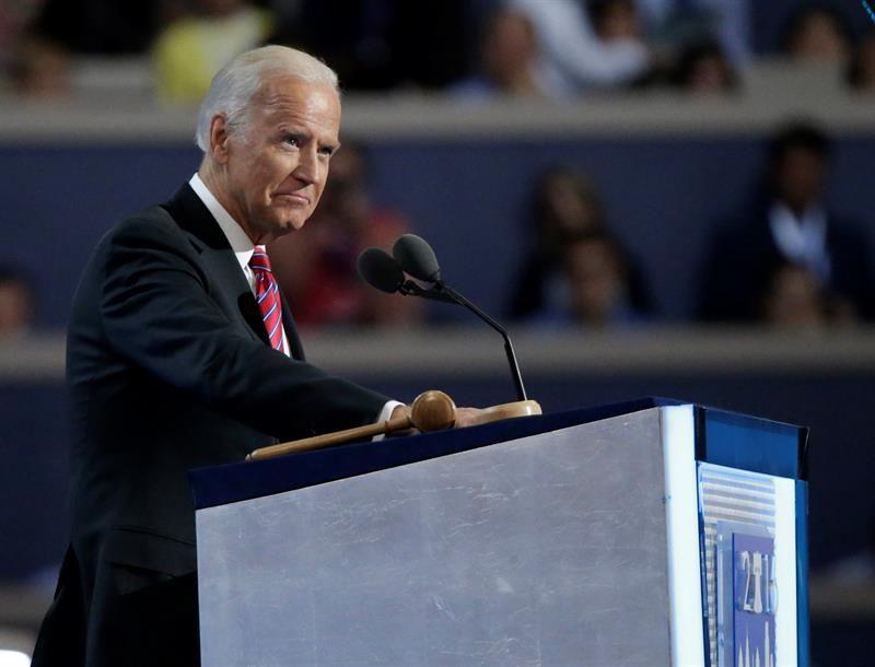 """Biden: La Presidencia de Clinton """"cambiará las vidas de nuestras hijas y nietas"""""""