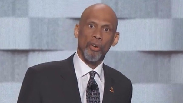 Leyenda de la NBA se burla del racismo de Donald Trump y recibe ovación
