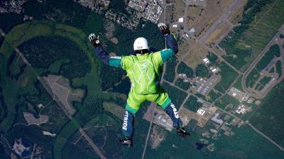 Estadounidense logró hazaña al saltar 7.620 metros sin paracaídas