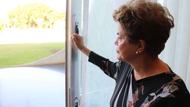 """""""No me deprimo, querido"""": Dilma Rousseff con la BBC en la intimidad del palacio presidencial de Brasil"""
