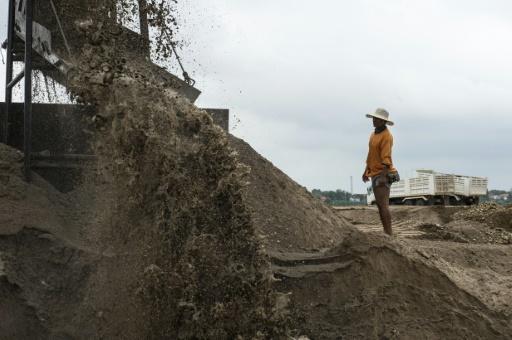 En Laos, la arena y los guijarros del Mekong alimentan las obras en China