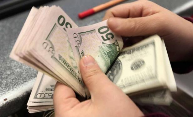 Ni con una grúa subre el precio del dólar en Uruguay