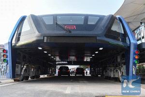 Futurista bus que circula sobre automóviles inició su prueba en China