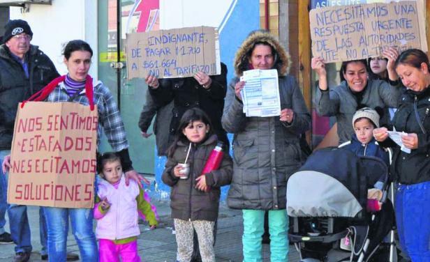 Vecinos de Fray Benos manifestaron por facturas de UTE de hasta 61 mi pesos
