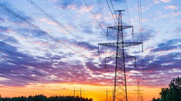 ¿Por qué unos países usan electricidad de 110v y otros de 220v? ¿Y cuál es mejor?