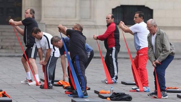 Presidente de Perú y su gabinete ministerial realizaron rutina de ejercicios en el patio de Palacio de Gobierno