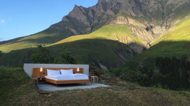 Así es la habitación de hotel sin paredes ni techo en los Alpes suizos