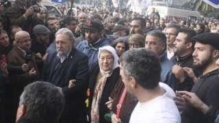 Una multitud impide el arresto de la presidenta de las Madres de la Plaza de Mayo, Hebe de Bonafini