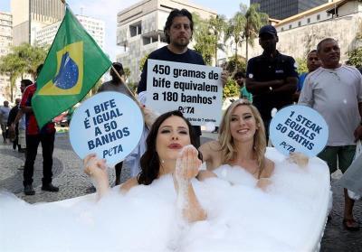 Activistas se desnudan en Río para denunciar que la ganadería derrocha agua