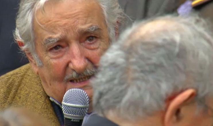 """""""Quisiera creer en Dios, en el más allá, para tal vez jugar un truco y organizar mejor el infierno y el paraíso"""", dijo Mujica entre lágrimas al despedir a Huidobro"""