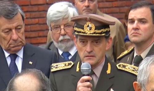 """El comandante del Ejército elogió a Huidobro y criticó a los """"enemigos"""" que lo cuestionaron siendo ministro de Defensa."""