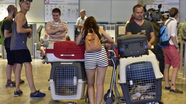 200 mexicanos sigen varados en el aeropuerto de Madrid desde hace semanas