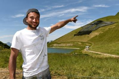 Artista realiza fresco sobre hierba de 10.000 m2 con pintura natural en Suiza