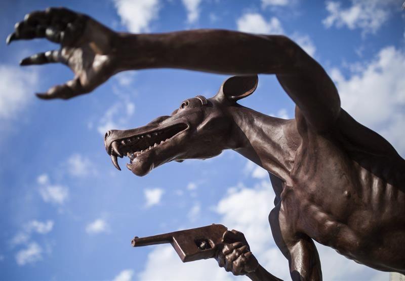Un artista alemán instala en Berlín 58 esculturas de lobos contra la ultraderecha