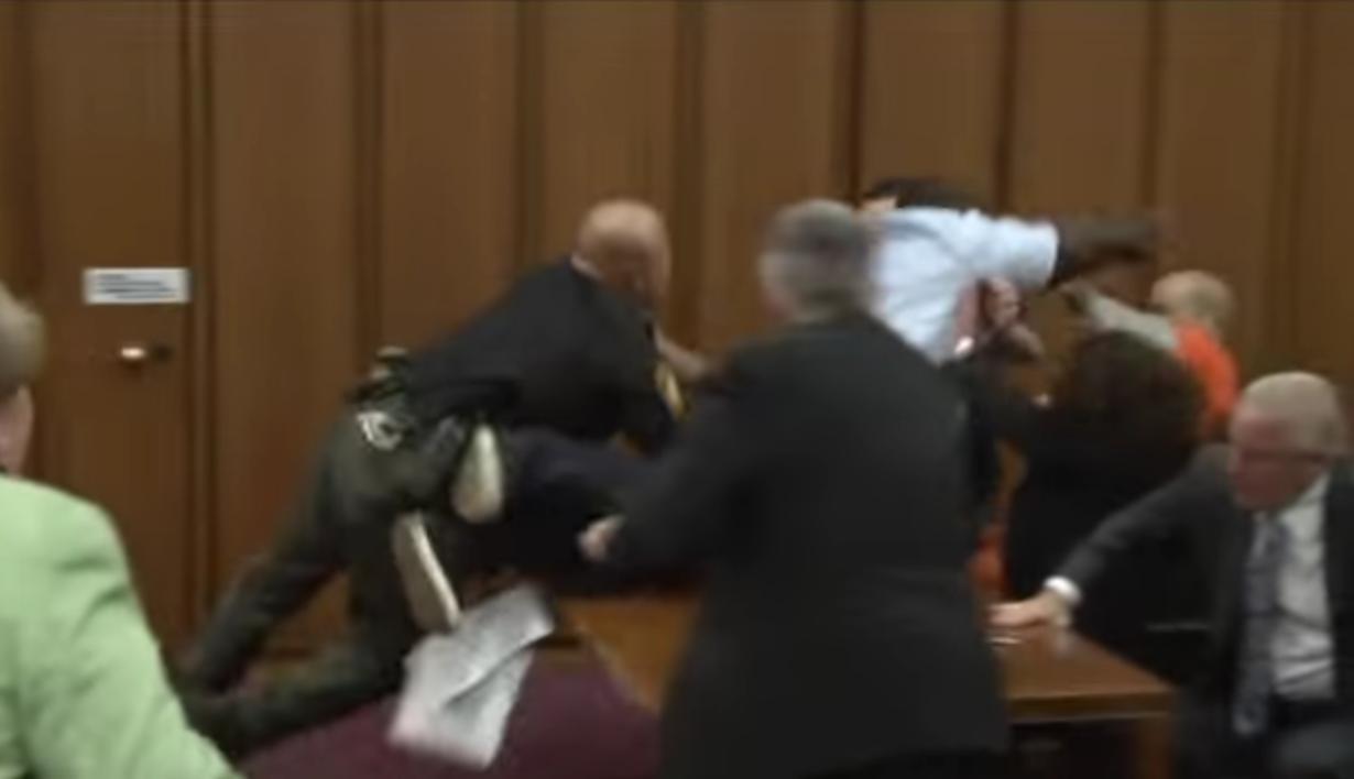 Un padre se abalanza sobre el asesino de su hija cuando le sonríe en la corte