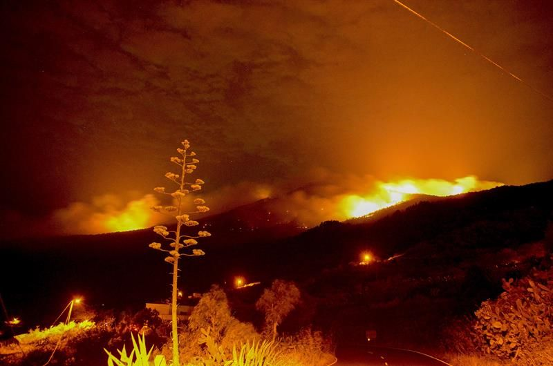 El fuego en La Palma obliga a evacuar Montes de Luna y Tigalate