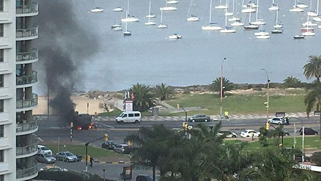 Un auto se prendió fuego en la Rambla y 26 de Marzo y trancó el tránsito