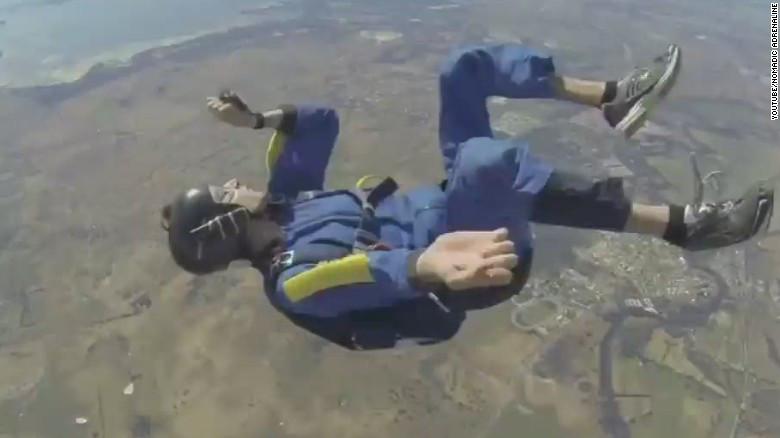 Dos jóvenes mueren en salto conjunto: el paracaídas no se abrió