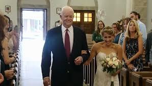 Quiso que en su boda estuviera presente su padre y le pidió al hombre que recibió su corazón que la llevara al altar