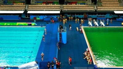 El agua en la piscina de clavados se tiñó de verde y los organizadores no saben por qué