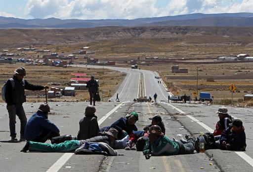 Más de 5.000 mineros armados con dinamita bloquean carreteras de Bolivia