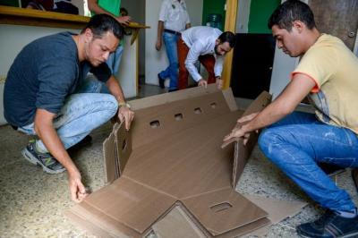 Ataúdes de cartón: la muerte en Venezuela también está por las nubes