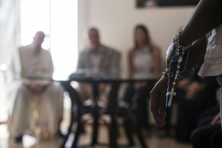 El papa visita por sorpresa una casa de acogida de exprostitutas