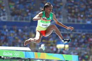 Atleta etíope es ovacionada por terminar carrera sin una zapatilla