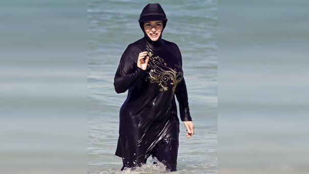 El 'burkini'...Prohíben que las mujeres usen este traje de baño en balneario de Francia