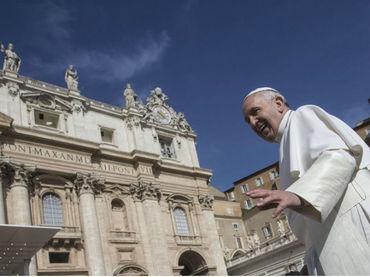 El Vaticano invita a indigentes a nadar en la playa