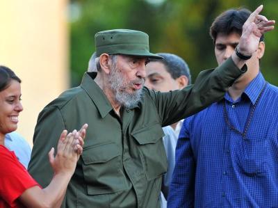 """Castro asiste a la celebración por sus 90 años en La Habana y es ovacionado de pie al grito de """"Fidel, Fidel, Fidel"""""""