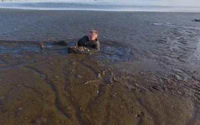 El fotógrafo polaco que se lanzó a un pantano para salvar a un águila