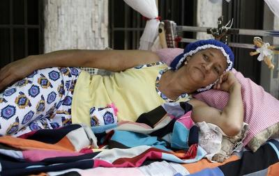 Colombianos celebran en hamacas y camas rodantes el Día de la Pereza