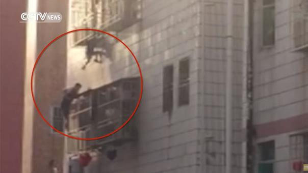 Trepa un edificio para salvar la vida de un niño atrapado entre barrotes