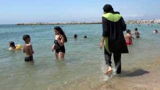 """Lo que piensan las musulmanas sobre la prohibición de """"burkinis"""" en las playas de Cannes"""
