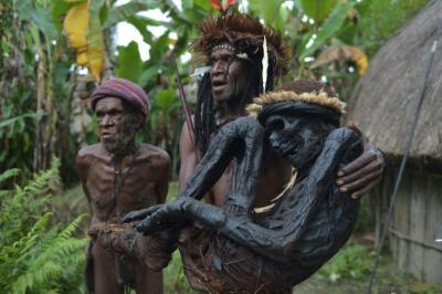 Tribus papúes preservan el rito de la momificación en Indonesia