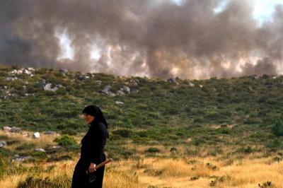 Portugal combate voraz incendio forestal en la frontera con Galicia