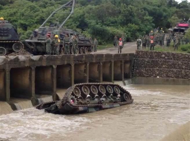 Un tanque de guerra cae a un río en Taiwán y se ahogan cuatro de sus ocupantes