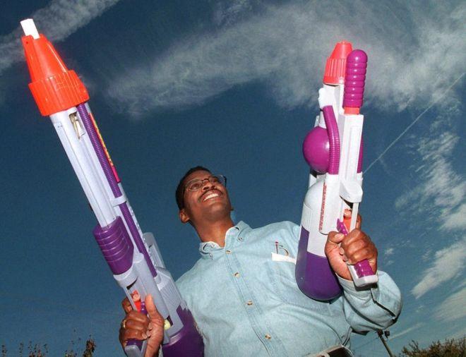 El ingeniero de la Nasa que inventó la pistola de agua más poderosa del mundo