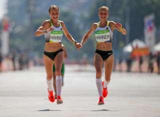 Las críticas que recibieron las gemelas alemanas que cruzaron la meta de la mano en las Olimpiadas