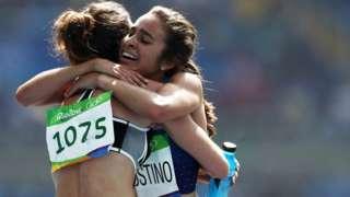Las atletas que tropezaron, se ayudaron, quedaron últimas y los jueces clasificaron a la final por su espíritu olímpico