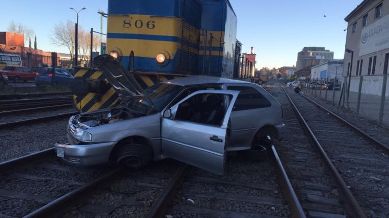 Una locomotora embistió a un auto en la Aguada; conductor se salvó de milagro