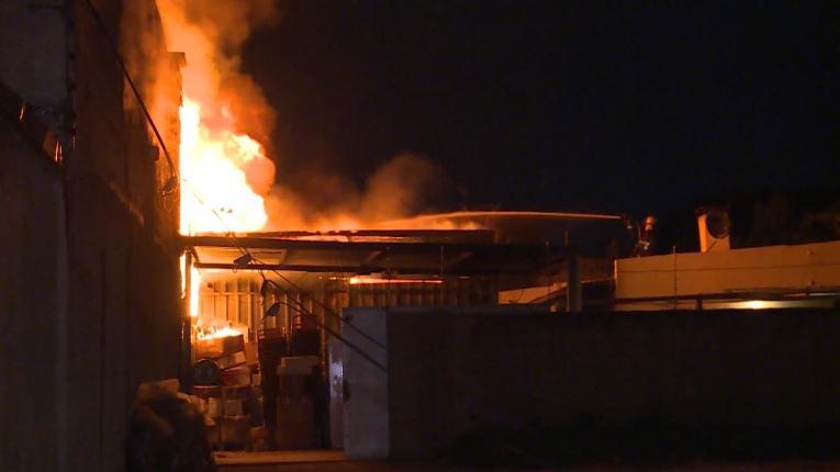 Enormes galpones arrasados por el fuego en fábrica de Lezica