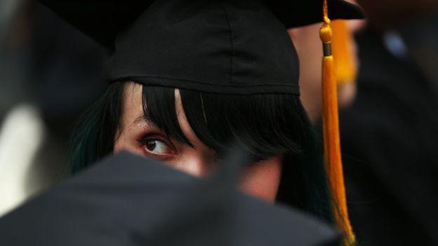 La difícil vida de los estudiantes con deudas de cientos de miles de dólares para pagar la universidad en EE.UU.